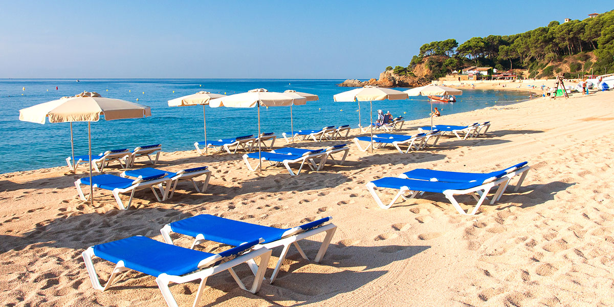 Bedjes op het strand van Pineda de Mar